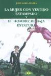 LA MUJER CON VESTIDO ESTAMPADO Y EL HOMBRE DE BAJA ESTATURA