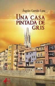 UNA CASA PINTADA DE GRIS.